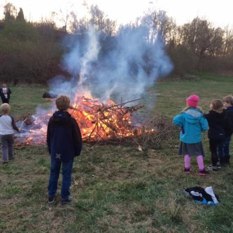 Valborg firades i Connys backe. En kall kväll då folk fick värma sig kring den stora sprakande elden.