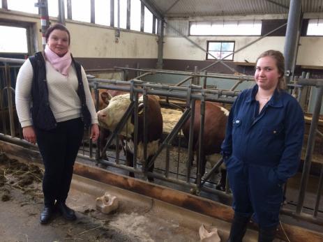 Pernilla Olsson är lärare på djurlinjen och Ebba Sandahl går sitt andra år på djurlinjen.