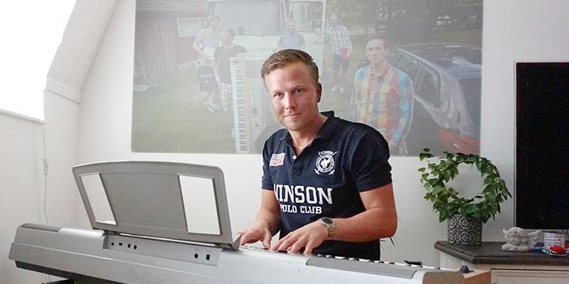 Keyboardist. När David Hassel inte står i köttdisken spelar han keyboard i coverbandet Hansénz Dansorkester.