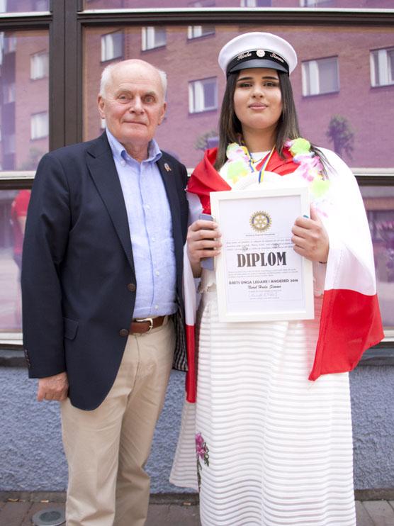 Rotarys Gunnar Wiraeus delade ut årets ledarskapsstipendium till förre elevkårsordföranden Huda Simmo.