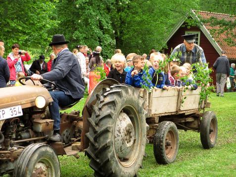 En annan höjdpunkt var när de fick åka på vagnen efter den gamla traktorn.