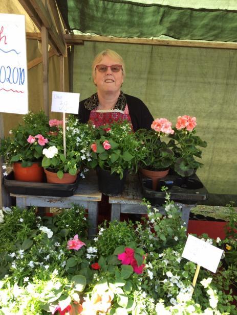 Åsa Olsson från Mörrums Trädgårdsmästeri sålde mycket säsongsblommor och tomatplantor denna dag.
