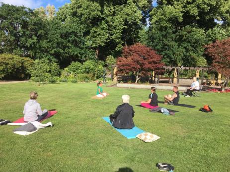 Vid dåligt väder går man in i Kulturhuset och tar skydd, annars görs yogan i den vackra Svenmanska parken.