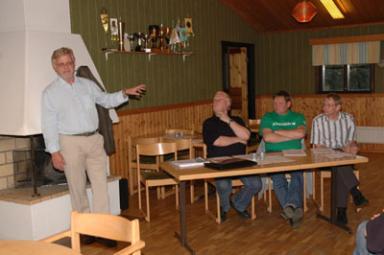 Kommunalrådet Christer Johansson (m)inleder den lokala Alliansens besök i Olsfors. Lyssnar gör Kenneth Schultz (fp), Roland Andersson (c) och Keijo Laine (kd).