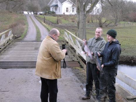Tomas Klevfors och Robin Hiltunenposerar glatt för pressen med sina tvåkiloslaxar.