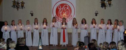 Lucia Sanna Käll och hennes tärnor lyste upp mörkret i Väring på Luciadagen.