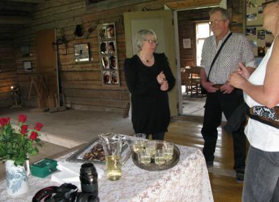 Bilden visar Anki Hamberg samtalar med några av besökarna