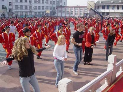 Vasaelever deltar i morgongymnastiken vid vår vänskola i Beijing