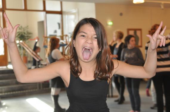 Lisen genomför den ack så viktiga tunggymnastiken innan sitt sångnummer