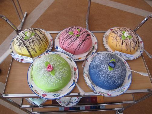 Fem goda tårtor i olika smaker till dagens fest.
