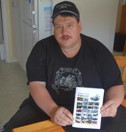 Mathias med foldern, som krävt många resor till Landsarkivet i Härnösand och intervjuer med folk från byarna i Ullånger