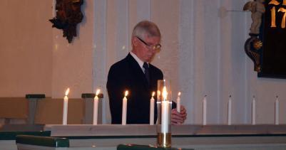 ...Gunnar tänder ljusen för de nedanstående 16 bortgångna medlemmarna i församlingen...