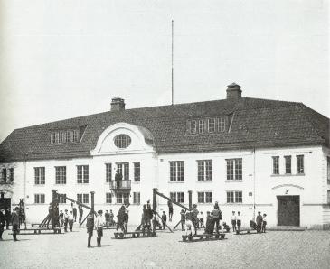 Idrottslektion kring 1914. På balkongenleds undervisningen av Gustaf Swedlund den legendarisk idrottsläraren som var med att stifta GGIF.