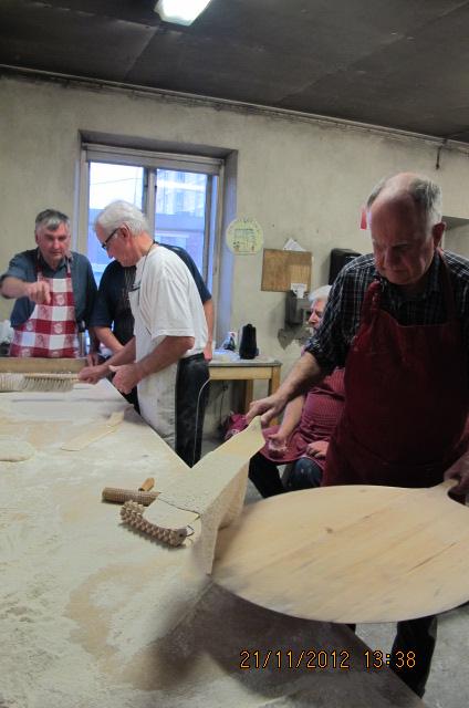 Ivan Hörnell hanterar kakan med stor skicklighet