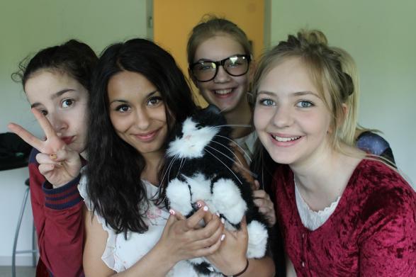 Någon har tagit med sig en katt till skolan! Ska den verkligen vara med i föreställningen?
