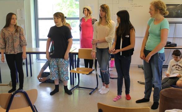 Dramagruppen tränar på både repliker och sånger.