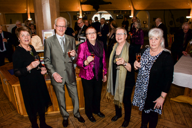 Laila och Östen Tegelbäck från Lions Ullsaxen i Borås, Anette Eiserman Ekström och Lina Eiserman Ålund från Lions Club Mölndal tillsammans med Lions Club Hindås president, Jill Nordh.I bakgrunden minglande jubileumsbesökare.
