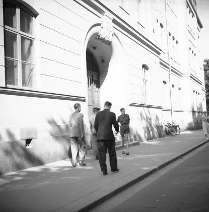 Elever på väg till skolan 1950