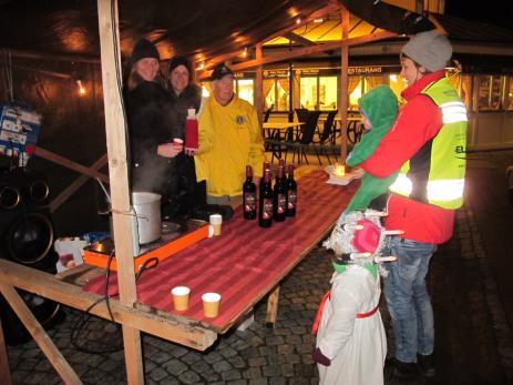 För den som var hungrig gick det bra att köpa en varm korv eller en kopp varm glögg av Lions. Något som Matilda Lindholm, Frej och Saga passade på att göra under luciakvällen.