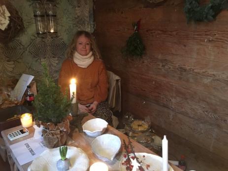 Malin Ingemarsson sålde en mängd olika saker såsom bland annat ljusstakar, krukor och fat i en av de gamla byggnaderna på Hoby Kulle.