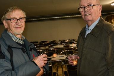 Gert Nilsson och Arne Lundin smakar på välkomstvinet.<br />Gert har lämnat villan i Bollebygd för Lyckebo och Arne har haft bondgård i Rävlanda.<br />–Det här känns väldigt bra, konstaterar Arne från Rävlanda.