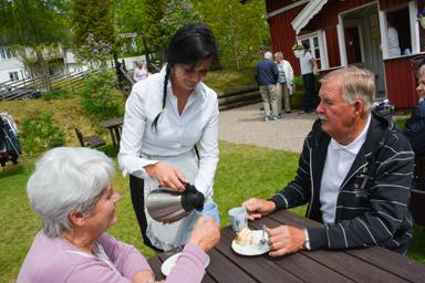 Gun-Britt och Rolf Bryngelsson blev serverade kaffe av Camilla Nordin, dagen till ära klädd som en riktig servitris.