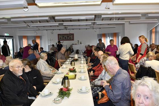 Efter invigningen bjöds det på tårta och kaffe i Bollegårdens samlingssal.