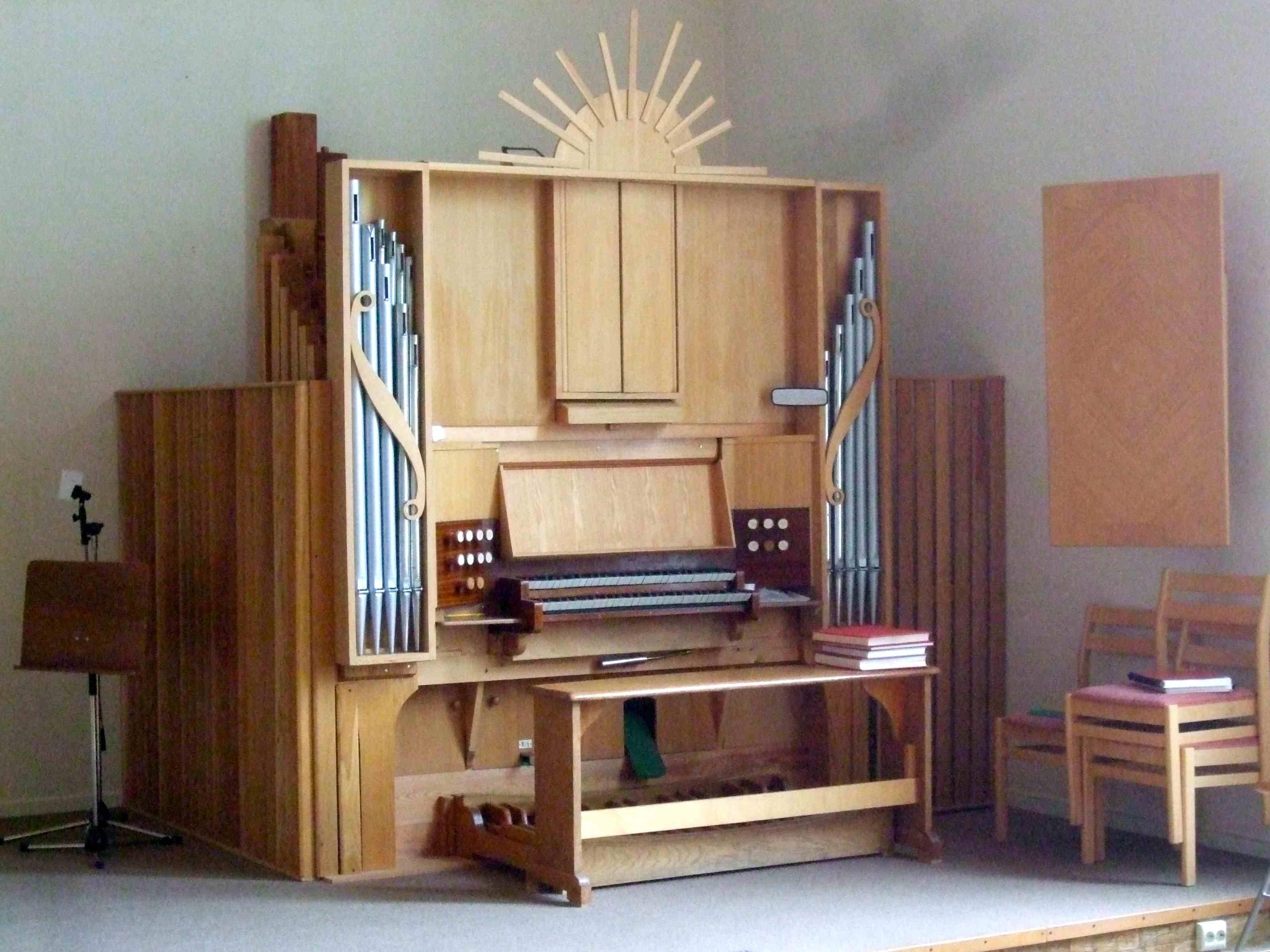 Valbo missionskyrkas orgel ursprungligen bygd av Erik Engberg som var organist i Torsåker. Orgeln stod i hans hem, och överläts 1995 av efterlevande till Missionskyrkan i Valbo. Fasaden senare försedd m bl a \