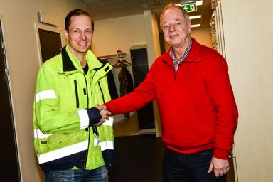 Skanskas platschef Johan Lindberg och kommunens fastighetschef Torbjörn Eriksson tackar varandra för gott samarbete.