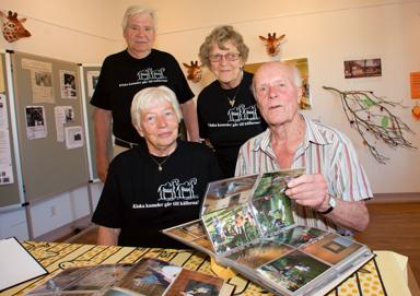 Här ser vi arrangörerna Rolf Rosholm, Kerstin Rosholm, Gun Bodén och Dan Waern, intresserad besökare.