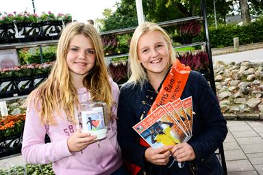 Elin Lundin och Elin Ganning samlade in pengar för Världens Barn utanför Bolles.