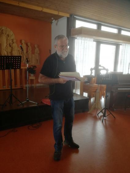 Hemmasonen Torbjörn Hallerbäck medverkade vid Väringbygdens seniorers medlemsmöte i Frösve församlingshem. Ett kärt återseende för alla parter.