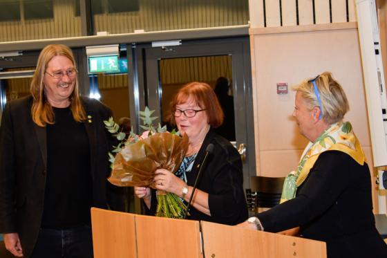 Avgående fullmäktigeordförande Gunnel Brandt får blommor av sina kollegor Sassi Wemmer och Ingridh Anderén