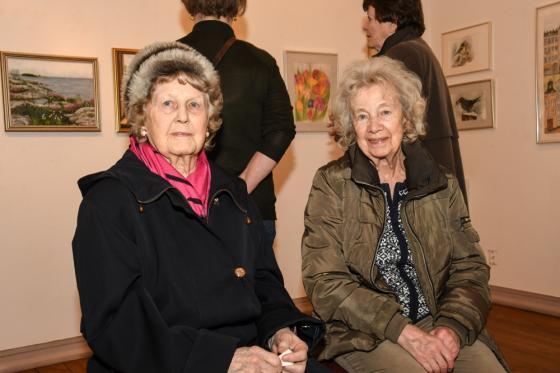 Svägerskorna Carla Persson och Inger Rögård. Carla kom för att se Ingers konst.
