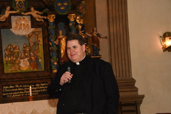 Prästen Anders Jernbratt var kvällens värd och avslutade kvällen med en aftonbön.