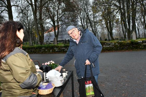 Kjell Richardsson bjöds på kaffe med dopp.
