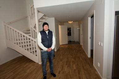 Här visar Magnus Gustafson upp en av femmorna. En fin lägenhet i två plan. 115 kvadratmeter.