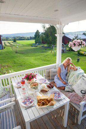 <span>Att få sitta ute på verandan och äta middag och titta på den vackra utsikten är en ynnest, säger Emmelie.</span><span class=\