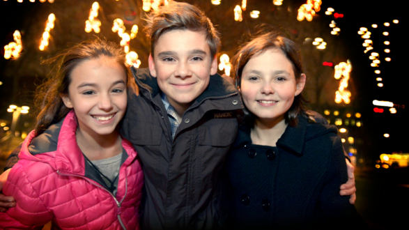 Här är de tre barnen som ska ha huvudrollerna i julkalendern, Lea Stojanov, Buster Isitt och Alexandra Breschi.