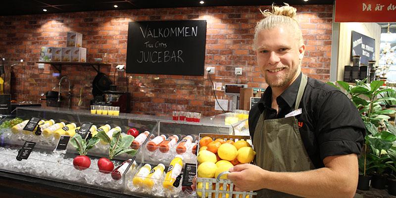Säsong för Citrus. – Det går inte att jämföra färskpressad apelsinjuice med annan juice, konstaterar Erik Andersson som ansvarar för juicebaren på City Knalleland.