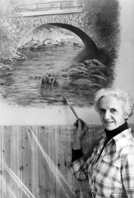 Här ser vi Ellen Johansson färdigställa sin målning i entrén i Wernergården.