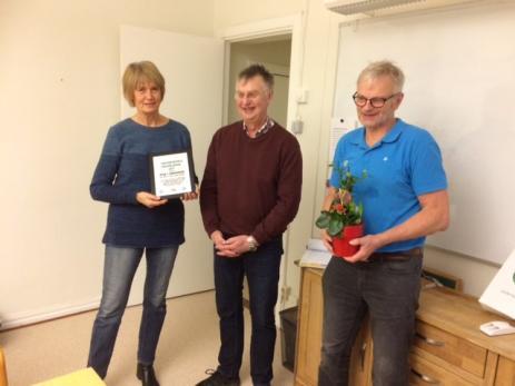 Ingegerd Lindén och Ola Pagels som representerade Bräknetrampen mottog både blomma, pengar och diplom till föreningen av Lars Karlsson från Centerpartiet.
