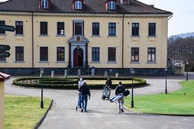 En och en eller par om par anländer nu golfarna till Hulta Golfklubb i Bollebygd.