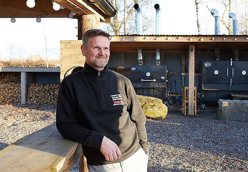"""Riktig BBQ. Tillsammans med kompisen Bengt """"Zingan"""" Ingesson har Peder Bengtsson skapat en äkta amerikansk barbequerestaurang i boråsarnas sommarparadis Varberg."""