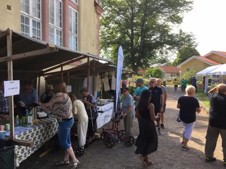 Liksom tidigare år var det många olika marknadsstånd på Bräkne Byafest, där besökarna kunde köpa allt från fårskinn, blåbär, trädgårdskonst, till KRAV odlade grönsaker.