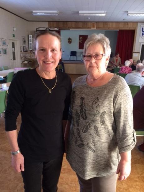 Aktivitetssamordnaren Carina Lagerlund fick hjälp av Irene Augustsson under Caféeftermiddagen.