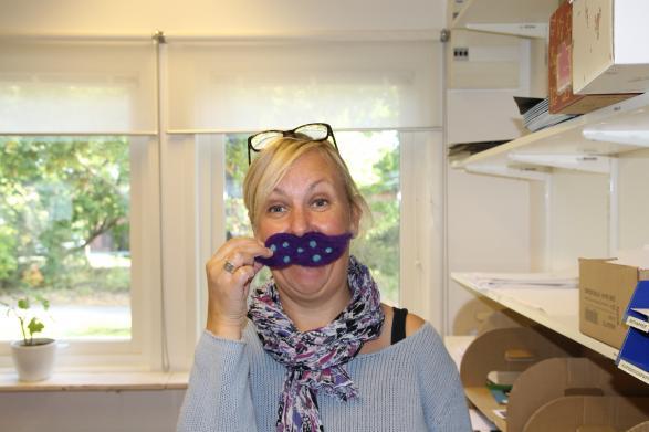 Här står Mia med en handgjord mustach som 4:orna har gjort.