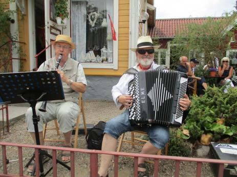Byafesten som nu tas över av Bräkne-Hoby Scoutkår kommer att fortsätta i samma stil som tidigare. Göte och Göran (ovan) har funnits med som musiker från starten.