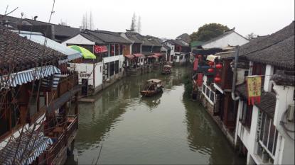 Zhujiajiao, ett ställe känt för sina långa vattenkanaler som ringlar mellan husen