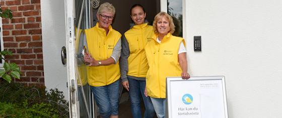Röstmottagarna Lillemor Fröjd, Saga Hallberg och Lena Berntson står i entrédörren till förtidsröstningen.